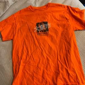 T-shirt köpt från Urban Outfitters 2016. Väl använd men i fint skick. Köparen står för frakt 📦  Skick: 9/10