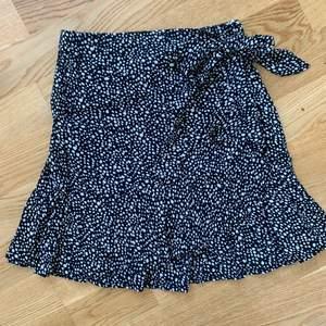 Jättefin kjol från shein. Aldrig använd då den tyvärr var för liten för mig.
