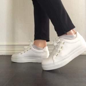 Vita sneakers från gant. Helt nya och använda max tre gånger. Nypris 1200kr. Köpare står för frakt