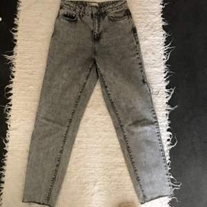 Gråa mom jeans från Gina tricot