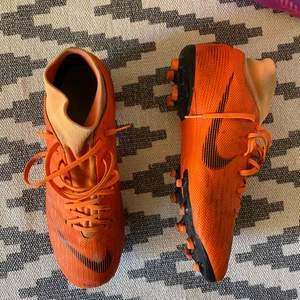 Snygga fotbollsskor i bra skick! Storlek 42 och funkar till både tjejer och killar. Jag  tvättar såklart skorna noggrant vid säljning☺️ 150kr + frakt. Kan mötas i Eskilstuna 💖