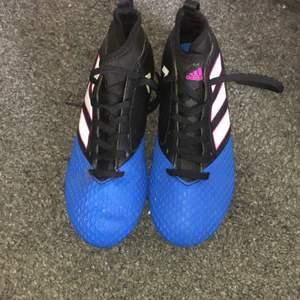 Fotbollsskor från adidas! Jättesnygga med blå och rosa detaljer