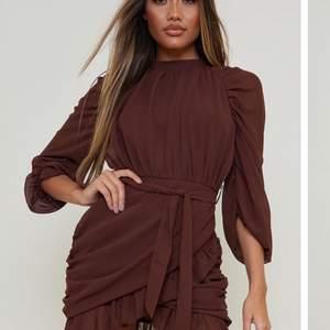 Säljer denna asfina oanvända klänning som tyvärr är förliten för mig😢
