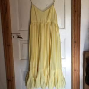 Klänning från H&M i fint skick, använd en gång! Perfekt gul färg!!!🐣