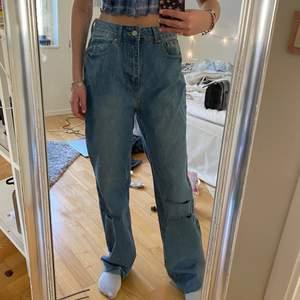 Säljer dessa raka jeans som dessvärre var på tok för stora för mig! Jag är 168 cm lång och brukar ha 25/26 i jeans för storleks referens! Passar dock de som brukar ha 25/25 om man vill ha de lite baggy.