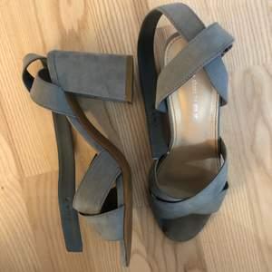 Ett par ljusblåa klackar från Dinsko i storlek 38. Klackarna har en lite bredare klack på ca 8 cm och band som man spänner runt vristen. Har använt dom men inget som syns när skorna sitter på foten.