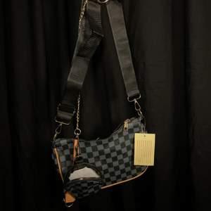 mått: ca 27,5 x 17 cm justerbart axelband ca 45 + 29 cm pocket väska 11 cm
