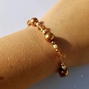 Armbandet är elastiskt och handgjort. (större än mina andra armband brukar va) tar 11 kr för frakten 🌼❤️