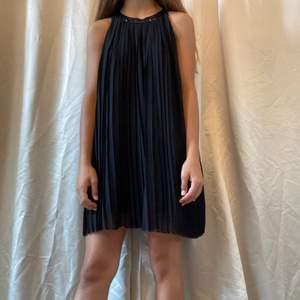 Säljer denna superfina svarta klänning ifrån Ellos, perfekt som nyårsklänning eller något annat! Knappt använd. Säljer likadan fast i svart:))