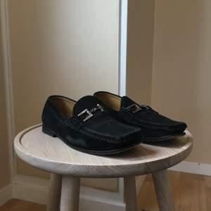 Svarta loafers av mocka med silverlänk. 🖤 I använt skick men utan skador. Silverlänken kan putsas upp.