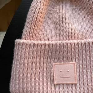 Ljus rosa acne mössa i super fint skick! Den är använd ca 1-5 gånger så HELT i nyskick!  💕vanliga storleken, köparen står för frakten vilket brukar bli under 60kr💕