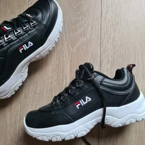 Säljer dessa skor från Fila i storlek 37. Nya, helt oanvända och kommer i box!