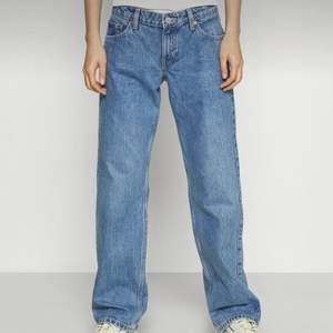 Jeans från weekday i modellen arrow. Lågmidjade raka jeans i assnygg färg. Säljer eller byter gärna stl. Nypris 500kr🤍🤍
