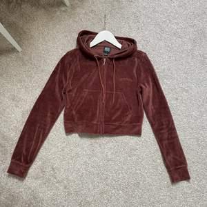 Säljer denna bruna sammet hoodie som tyvärr aldrig kommer till användning💕 den är ifrån Urban Outfitters i storlek S men skulle säga att den även passar i en XS. Den är croppad och i nyskick!