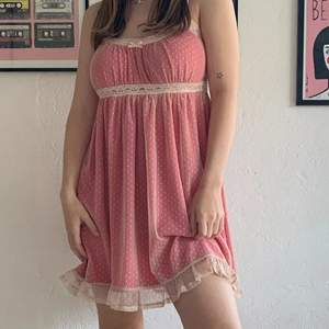 VÄRLDENS sötaste rosa mesh babydoll klänning från urban outfitters, kommer tyvärr ej till användning <\3 helt ny och bara använd en gång av mig så i superfint skick. stretching så passar många olika storlekar och sitter fint. jag är 158 och den går till över knäna på mig. skriv gärna om något undras 💕💕nypris 600kr, pris kan diskuteras