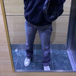 Gråa Levis jeans , köpta på second hand i somras, lite oversized på mig med s i storlek