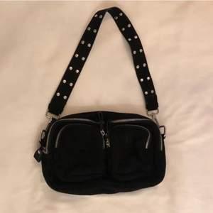 Säljer denna trendiga väska från Gina Tricot🤍 Extremt rymlig! Nypris: 399kr