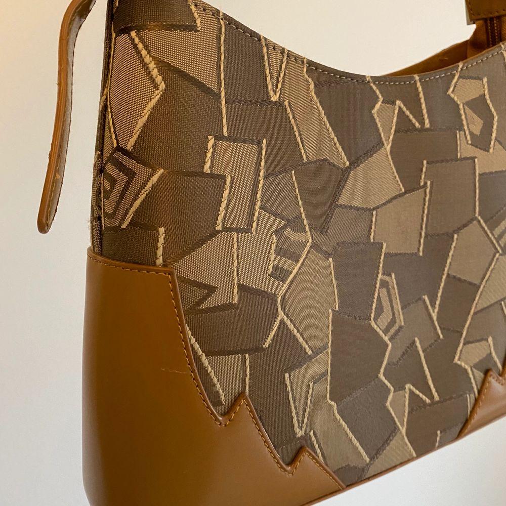 En så fin väska men som aldrig kommer till användning vilket är så synd. Älskar mönstret på den. Köpare står för frakten !. Väskor.
