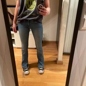 Säljer dessa skit snygga lågmidjade jeans med slits nertill! De perfekta jeansfärgen till våren och sommaren och sjukt stretchiga och sköna med cool detalj nertill!💕 jeansen är i nyskick jag har klippt slitsen själv unika och super trendiga ingen kommer ha likadana