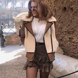 En jättecool leopard kjol med volanger fram och bak🐆🐆 Säljer pga för stor. Kontakta mig vid intresse eller fler bilder💕 (priset kan diakuteras)✨