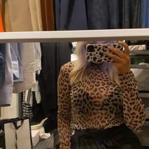 Säljer denna snygga toppen med leopard print.
