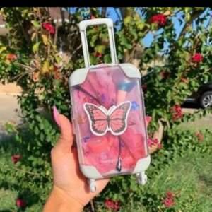 Första bilden är Lånad. Säljer mini resväskor till folk som kanske gör läppglans eller säljer annat. Första bilden är som inspiration. Finns i olika färger. Man kan välja att köpa med dessa fjärilsklistermärkena.
