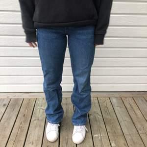 Säljer mina fina mörkblå jeans från weekday. Dom är i väldigt fint skick, storleken är 25/32 och modellen heter Rowe extra high straight jeans💗köparen står för frakten