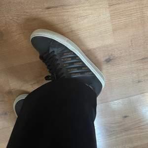 Säljer dessa superfina skor från Axel Arigato. Sparsamt använda och som nya, men även lätta att rengöra. Nypris var ca 1800kr men säljer nu för 500kr 🤎