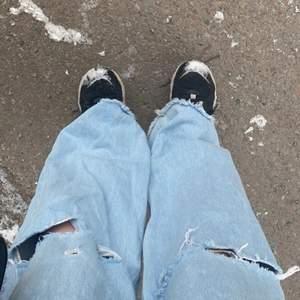 Wide leg jeans från junkjard eller jfr som har hål i knäna. Dom är högmidjade och bekväma! Fransade nere!