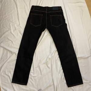"""Mörk gråa-svarta straight leg jeans ifrån """"Denim Brand 1953"""". Lowwaisted W33L32, skriv för mått annars!"""