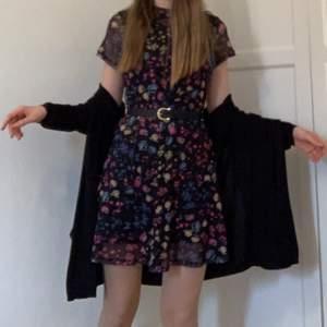 En jättefin blommig klänning i mesh. I strl m, men passar mig som är en s. Super bekväm, i bra skick💜