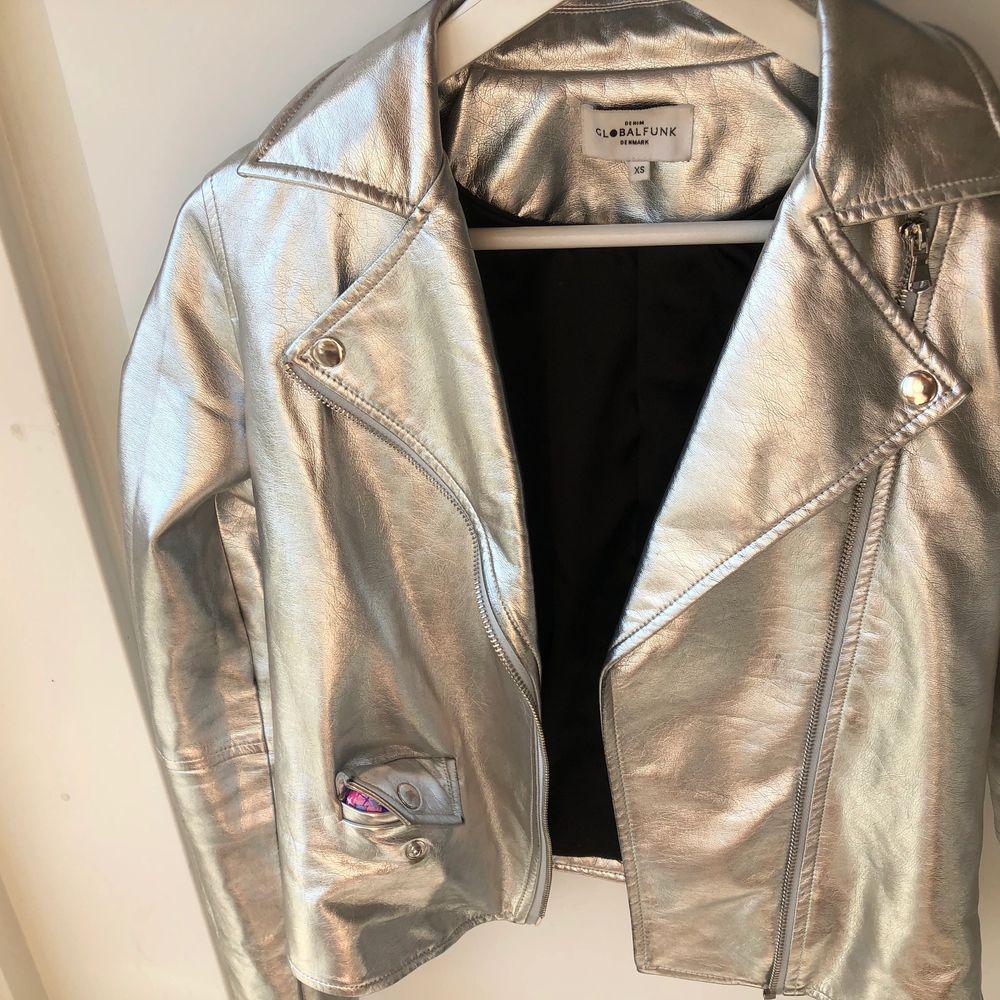 Silvrig skinnjacka som jag köpte i Köpenhamn för cirka 1000 kr! I storlek XS-S! Nästan aldrig använd och sitter lite cropped! Priset kan definitivt disskuteras 🤍🤍. Jackor.