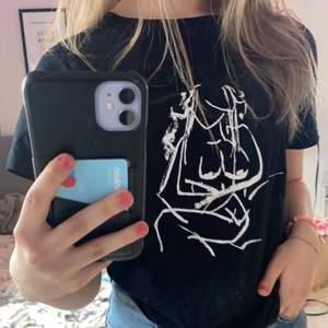 T-Shirt ifrån NAKD, i gott skick och aldrig använd. Köparen står för fraktkostnaden, kontakta för fler frågor och bilder❤️