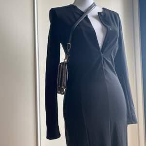 """Åtsittande svart, vadlång klänning i """"firm jersey"""". Storlek 40 men väldigt liten i storleken så sitter tajt på mig som oftast har 36. Kan hämtas hos mig på Södermalm eller skickas men då tillkommer fraktkostnad 🤘🏻"""