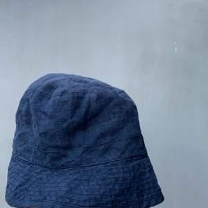 Bucket hat i linne från our legacy från spring/summer 2015 storlek L men passar betydligt mindre
