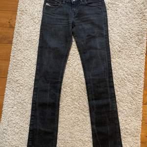 grå blåa lågmidjade raka diesel jeans! mycket fint skick och inga defekter! har inga bilder på då de är försmå för mig som är en S i byxor! längden passar dock på mig som är 165cm och har en innerbenslängd på 75cm💗💗
