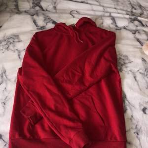 Röd hoodie från stay i storlek XS som inte kommer till användning. Köpt för 200 från en tjej här på plick och säljer för 150kr! Frakt tillkommer💕