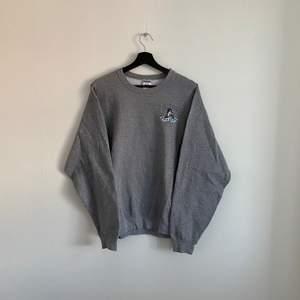 """Vintage Sweatshirt """"OYSTER FESTIVAL MARYLAND"""" den är i mycket bra skick och i storlek L, hänvisa till modellen som är 180cm"""