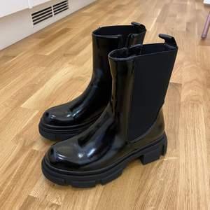 Säljer dessa svarta boots i storlek 38. Använt ett fåtal gånger så fortfarande i bra skick. Jag står inte för fraktkostnad. Bud från 200kr