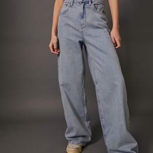 Säljer mina vida jeans från Urban Outfitters för att dem knappt använts. Strl 29 men passar mig som brukar ha S 💕. Superbra skick! OBS: färgen på byxorna är mer lik andra bilden, kan skicka bild om ni frågar