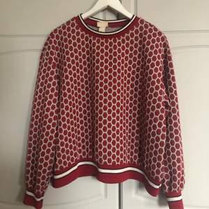 Säljer denna unika tröjan från H&M då den inte kommer till användning... I mycket fint skick!🌸