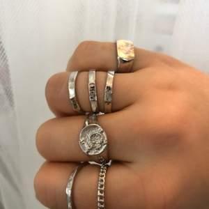 Råkade beställa 2 stycken av varje ring istället för en, så nu säljer jag dubbletterna. Kommer i olika storlekar så att man kan matcha dem lite hur man vill. Kostar 49 kr/st