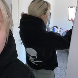 En stilren unik hoodie med en vit dödskalle på ryggen. Plagget är sparsamt använt. Frakt ingår inte!