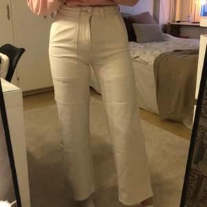Säljer dessa vita jeansen från Cubus❤️ Säljs pågrund av att dom tyvärr har blivit för små för mig! Dom har en liten fläck på baksida ben, ses på bild 3 !!! Kontakta för mer info ☺️