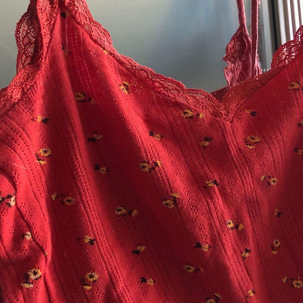 Superfint linne med spetsdetaljer och blommor. Köpt för ca 2 år sen så lite uttöjd men annars i jättebra skick. . Toppar.