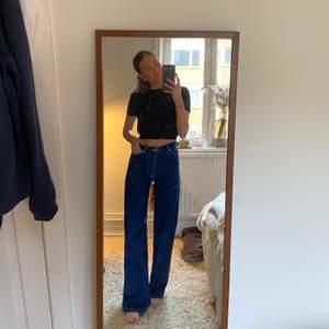 Super fina jeans i en blå modell! Säljer pga att dem inte kommer till användning💙