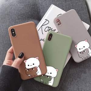 Cute cat telefonskal i silikon till nästan alla telefoner. Skalen finns i 3 olika färger och alla finns bland bilderna. Kvaliten är riktigt bra och alla skal är helt nya (inte ens testade) Frakten ingår alltid när du köper hos mig och vi har kontakt via PM under hela Processen.