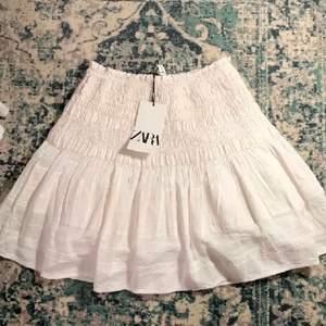 (Lånade bilder) Säljer denna slutsålda kjol från zara, köpt för 359 kr prislapp finns kvar då den aldrig är använd💕 Storlek M, buda från 200💕