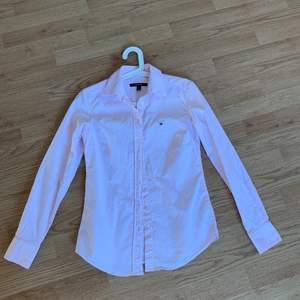 Jätte fin gant skjorta, säljer pga att den är för liten för mig därav enbart använd en gång. Skjortan är storlek 36, skulle säga att den är lite liten i storleken. Pris 400kr plus frakt