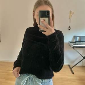Säljer min svarta Manchester tröja (se bild 2 för tyget) med krage. Väldigt simpel och trendig tröja. Passar till allt.